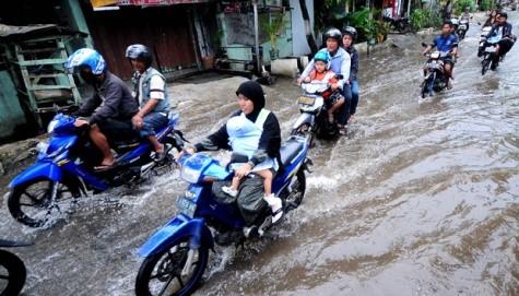 Tips Menjaga Keseimbangan Motor Saat Hujan