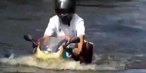 Berkendara Sambil Berenang, Motor 2-stroke Ini Melintasi Genangan Air