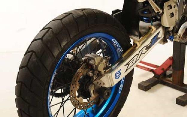 Modifikasi Suzuki DRZ 400 E Supermoto, Sektor Kaki-kaki Menjadi Utama