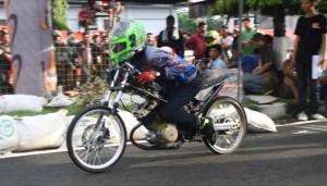 "Racikan Suzuki Satria F 150 200 cc Untuk Ajang 201 M ""Drag Bike"""