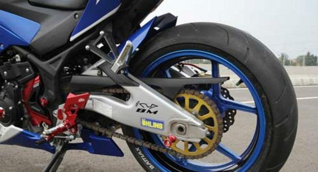 "Modifikasi Yamaha YZF-R25 Layaknya Tunggangan Rossi ""Livery Movistar"""